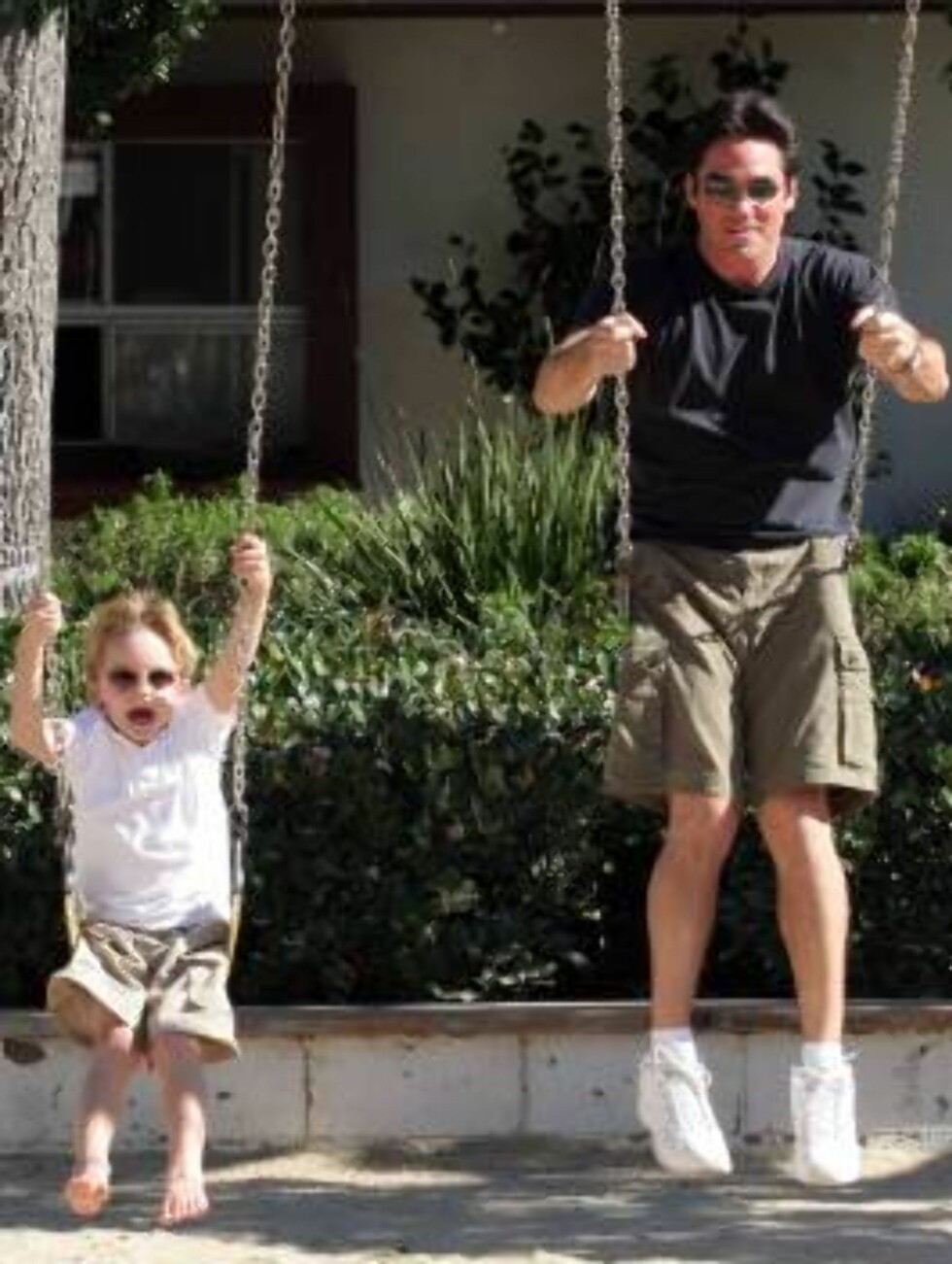 Superman Dean Cain and son Christopher on the swing at a park in Malibu enjoying sunny Thanksgiving holiday. November 20, 2005 X17agency EXCLUSIVE / ALL OVER PRESS Foto: All Over Press