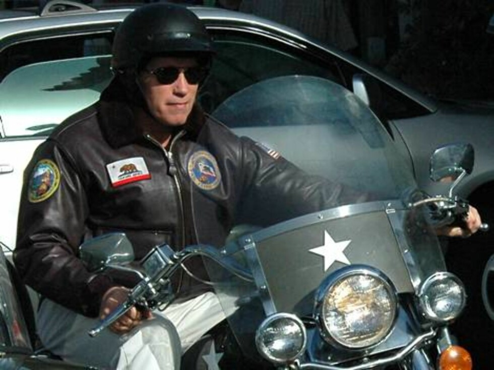 Arnold Schwarzenegger two hours before crashing his motorcycle was in Malibu hanging around with friends. January 8, 2006 time 11 35 am EXCLUSIV please call or e mail if interested / ALL OVER PRESS Foto: All Over Press