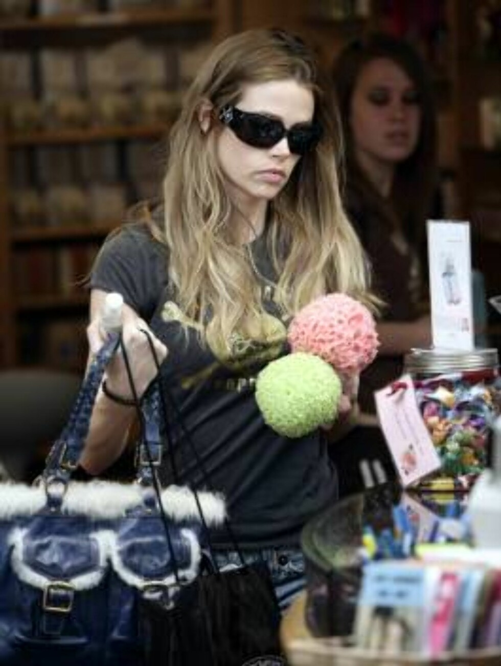 Denise Richard buying two sponges in Malibu aprl 13, 2006 X17agency EXCLUSIVE / ALL OVER PRESS Foto: All Over Press