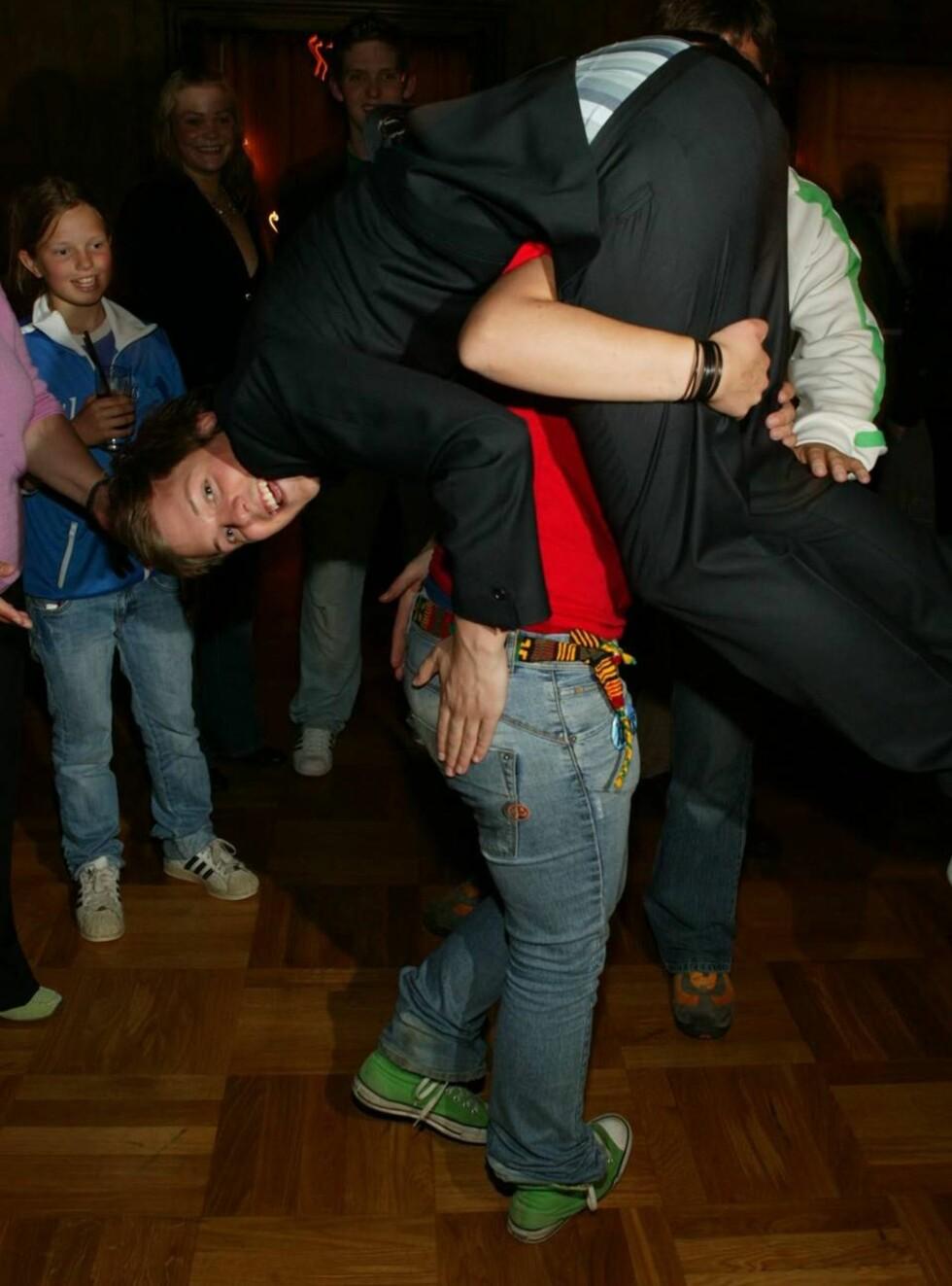 <strong>TOK AV:</strong> Aleksander blir føftet av storesøsteren Tonje Cecilie etter seieren. Foto: Werner Juvik, Se og Hør