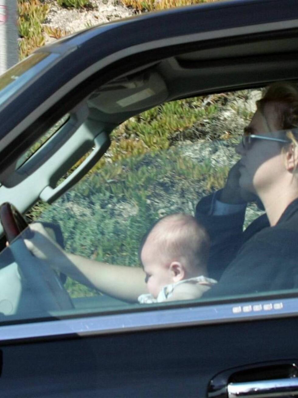 JAGET VILT: Britney hevder at hun ble jaget av paparazzi-fotografer og at det var derfor hun kjørte med sønnen usikret på fanget. Foto: All Over Press