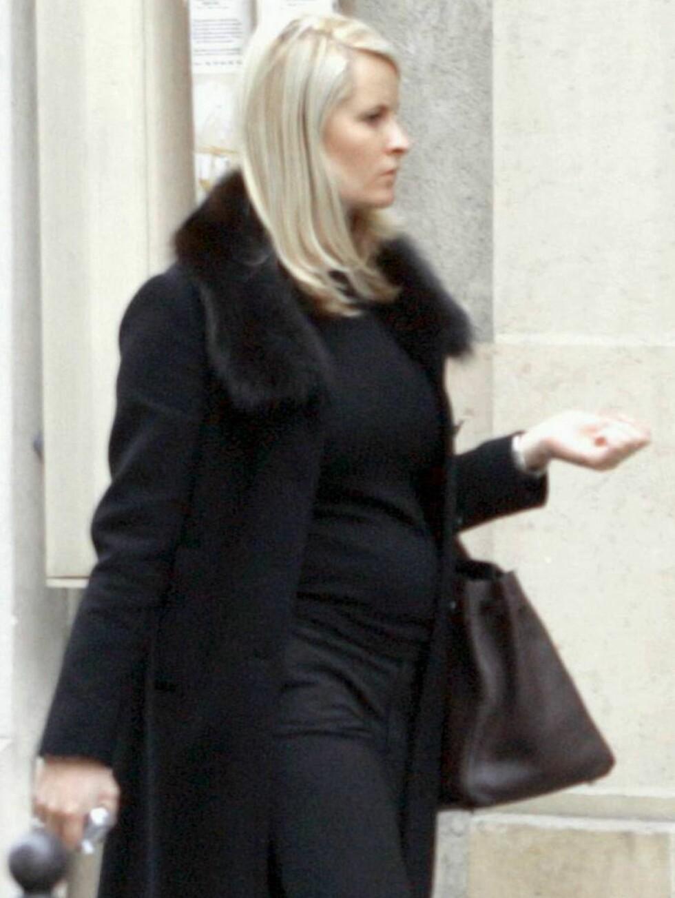 SHOPPING: Mette-Marit tok med seg Sverre på shopping i Paris, men fikk også god tid på egenhånd. Foto: ALL OVER