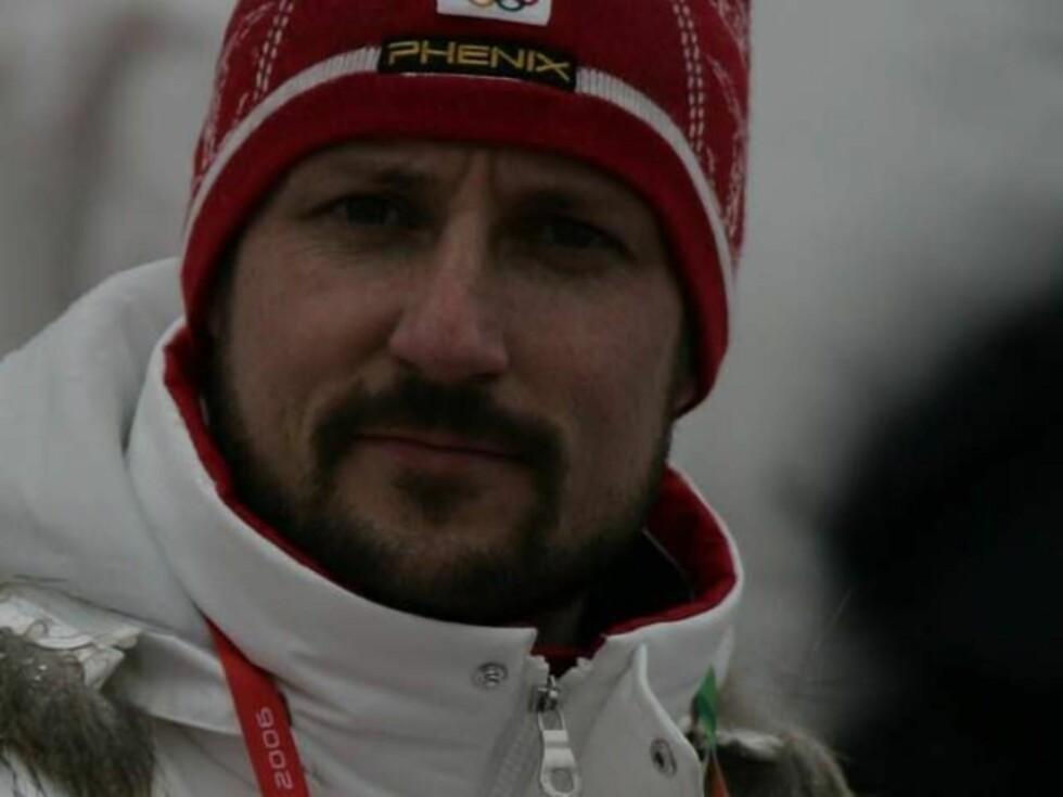 BEKYMRET FAR: Haakon svarte på spørsmål fra pressen i OL i Torino. Foto: Andreas Fadum, Se og Hør