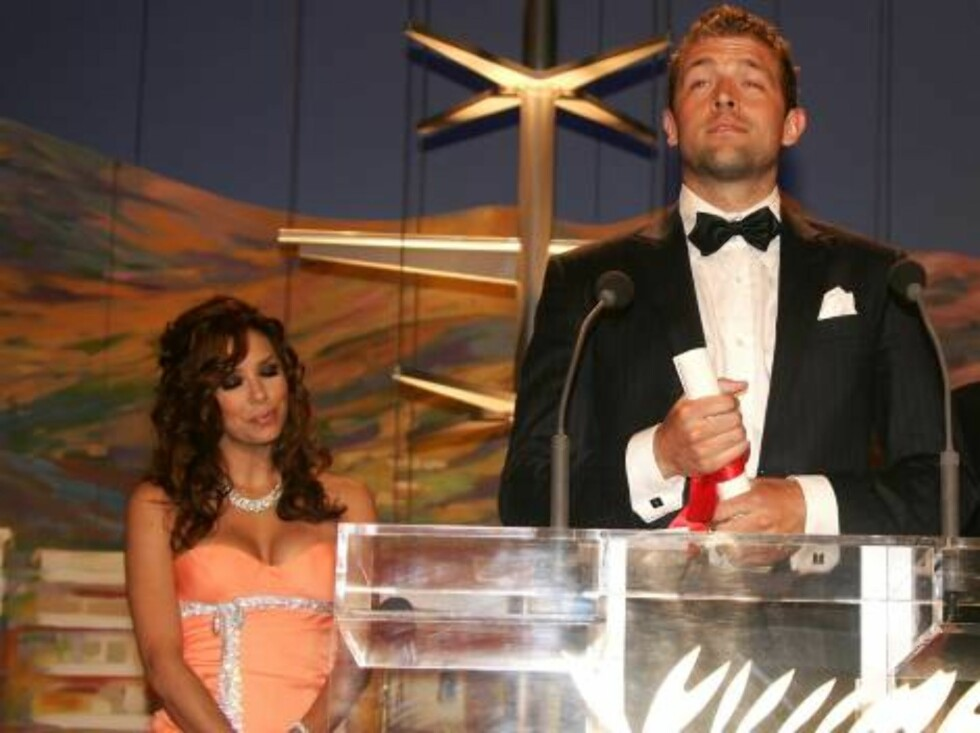 CANNES, FRANCE - MAY 28:  Actress Eva Longoria, director Bobbie Peers and Russian director Andrei Konchalowsky pose with the Short Film Palme D'Or at the Palme d'Or Award closing ceremony during the 59th International Cannes Film Festival May 28, 2006 in Foto: All Over Press