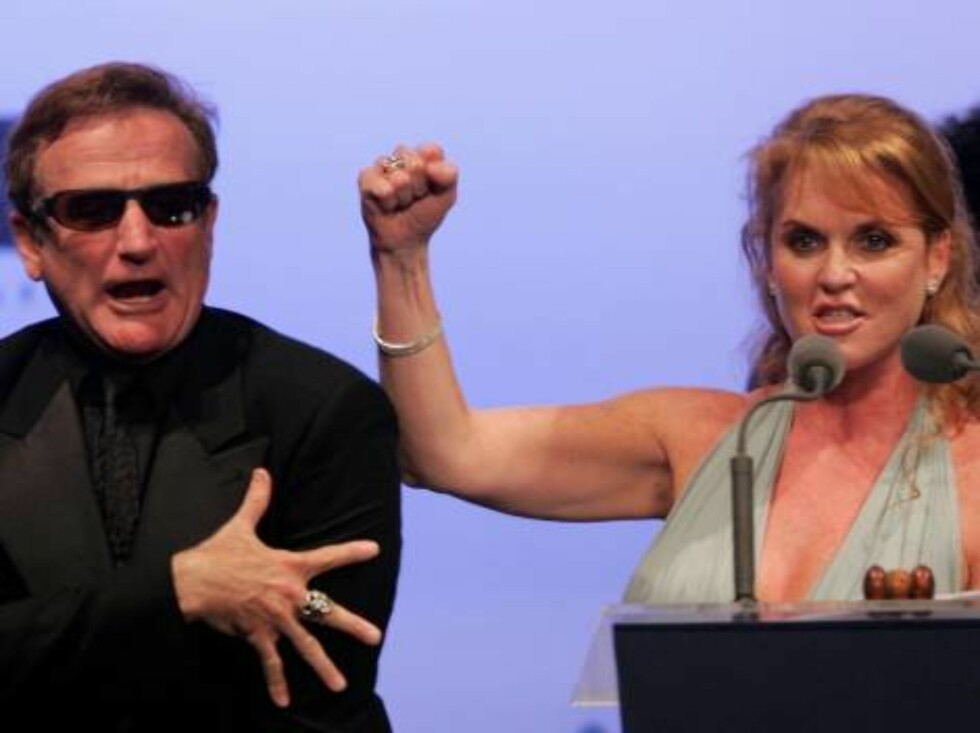 """CANNES, FRANCE - MAY 25:  Sarah Ferguson, Duchess of York, and actor Robin Williams participate in the auction at """"Cinema Against AIDS 2006"""", the annual event in aid of amfAR (American Foundation for AIDS Research) at Le Moulin de Mougins during the 59th Foto: All Over Press"""