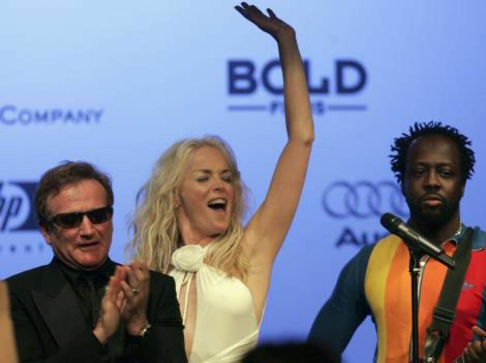 """CANNES, FRANCE - MAY 25:  (L-R) US actors Robin Williams, Sharon Stone and musician Wyclef Jean perform at the auction at """"Cinema Against AIDS 2006"""", the annual event in aid of amfAR (American Foundation for AIDS Research) at Le Moulin de Mougins during t Foto: All Over Press"""