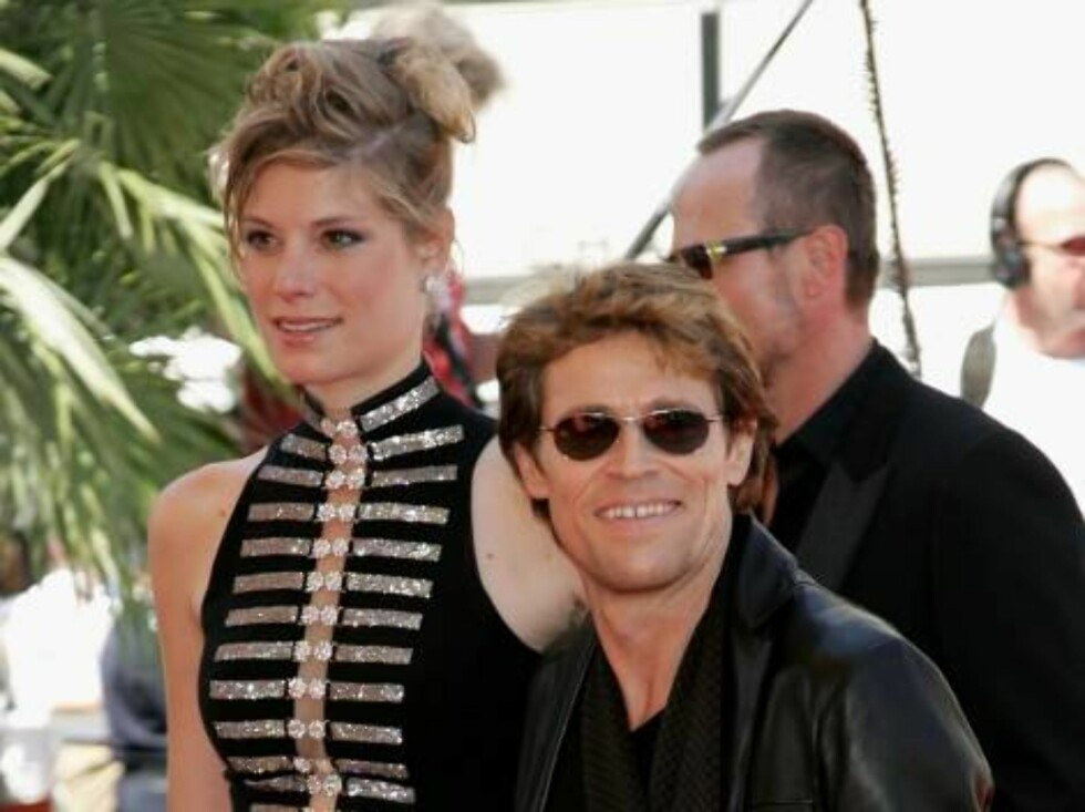 <strong>CANNES, FRANCE - MAY 26:</strong>  Actor Willem Dafoe and guest attend the 'Juventude Em Marcha' premiere at the Palais des Festivals during the 59th International Cannes Film Festival May 26, 2006 in Cannes, France.  (Photo by Gareth Cattermole/Getty Images) *** Foto: All Over Press