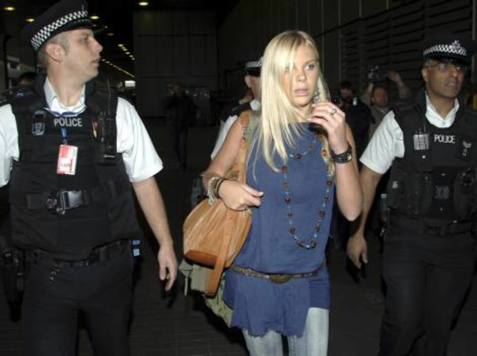 Chelsy Davy girlfriend of Britain's Prince Harry gets a police escort as she arrives at London's Heathrow Airport from South Africa Tuesday April 11, 2006. (AP Photo/Str) ** UNITED KINGDOM OUT, NO SALES, NO MAGS,  NO INTERNET** Foto: AP