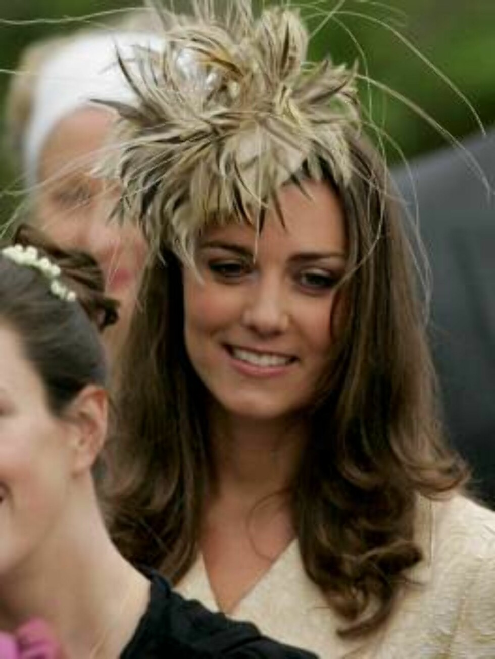 Kate Middleton, the girlfriend of Britain's Prince William, leaves St Cyriac's Church, in Lacock, Wiltshire, England, after attending the wedding of Laura Parker Bowles and Harry Lopes at a private ceremony, Saturday May 6, 2006. Laura Parker Bowles, a ar Foto: AP