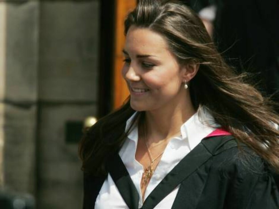 ST ANDREWS, UNITED KINGDOM - JUNE 23: Kate Middleton leaves Younger Hall after her graduation ceremony, June 23, 2005 in St Andrews, Scotland.  The Prince, who earnt a 2:1 class Ma in Geography, will lose the special protection set up to prevent the media Foto: All Over Press
