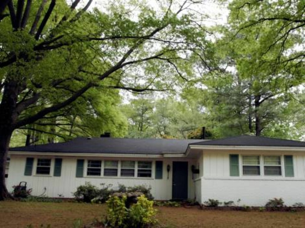 """MEMPHIS, TN - APRIL 12:  Elvis Presley's former home at 1034 Audubon Drive is seen April 12, 2006 in Memphis, Tennessee. The home, purchased by the King of Rock 'n Roll in 1956 with earnings from his hit """"Heartbreak Hotel,"""" will be placed on eBay for sale Foto: All Over Press"""
