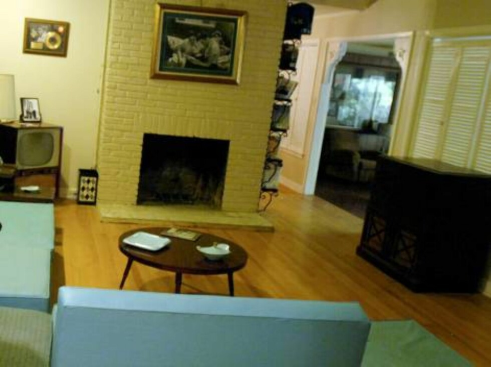 MEMPHIS, TN - APRIL 12:  Stephen Shutts poses in the living room of Elvis Presley's former home at 1034 Audubon Drive April 12, 2006 in Memphis, Tennessee. Shutts and his company, Honky Tonk Hall of Fame, are facilitating the sale of the home through eBay Foto: All Over Press