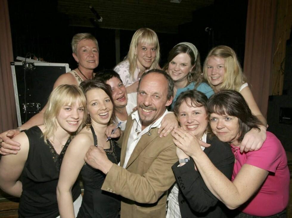 DAMETEKKE: Da Rune Rudberg spilte i et privat selskap, flokket damene seg rundt ham... Foto: Se og Hør, Morten Krogh