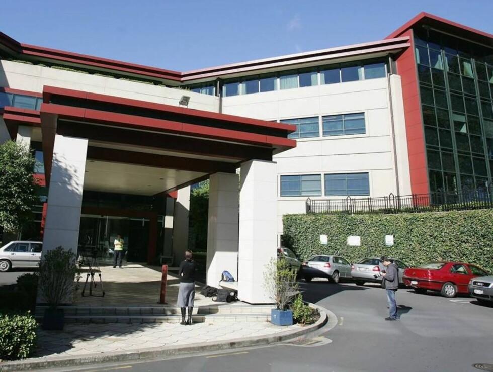 SØT STAB: Her på Mercy Ascot Hospital fikk Keith god pleie, og han flørter med sykepleierne. Foto: All Over Press