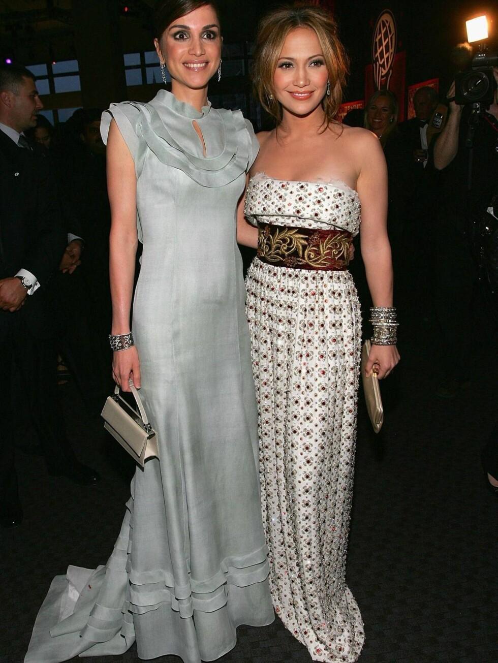 ELEGANT DUO: Dronning Rania og Jennifer Lopez gir stil et ansikt i fotside kjoler. Foto: All Over Press