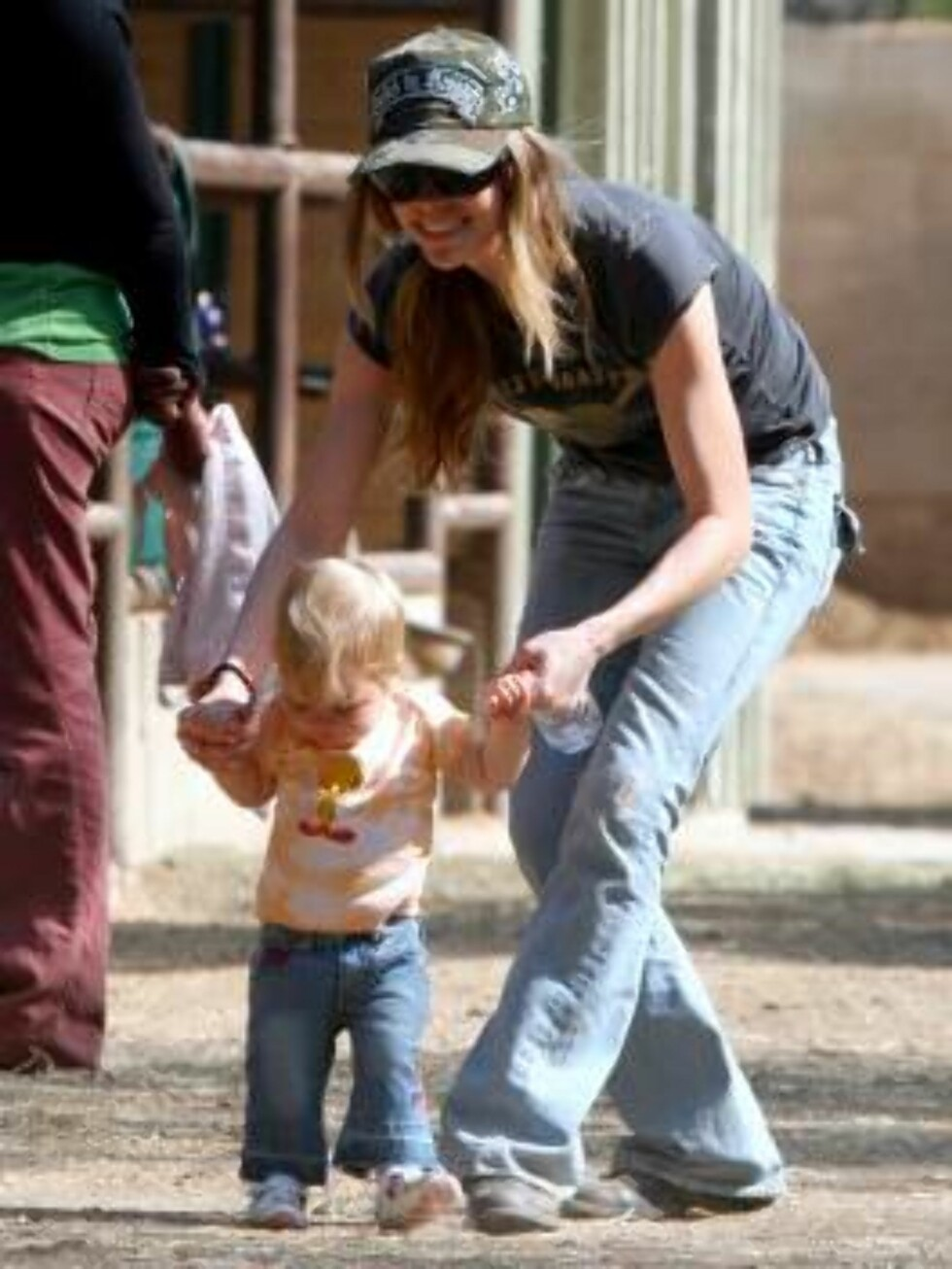 Denise Richards taking daughters Sam and Lola to ride horses in Calabasas. Lola takes her first step mai 8, 2006 X17agency EXCLUSIVE / ALL OVER PRESS Foto: All Over Press