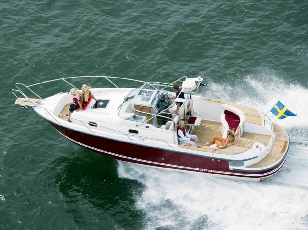 DEKK FORAN OG BAK: Båten har to soldekk og en stor sittegruppe for alle passasjerene. Foto: Oslo Båtsenter