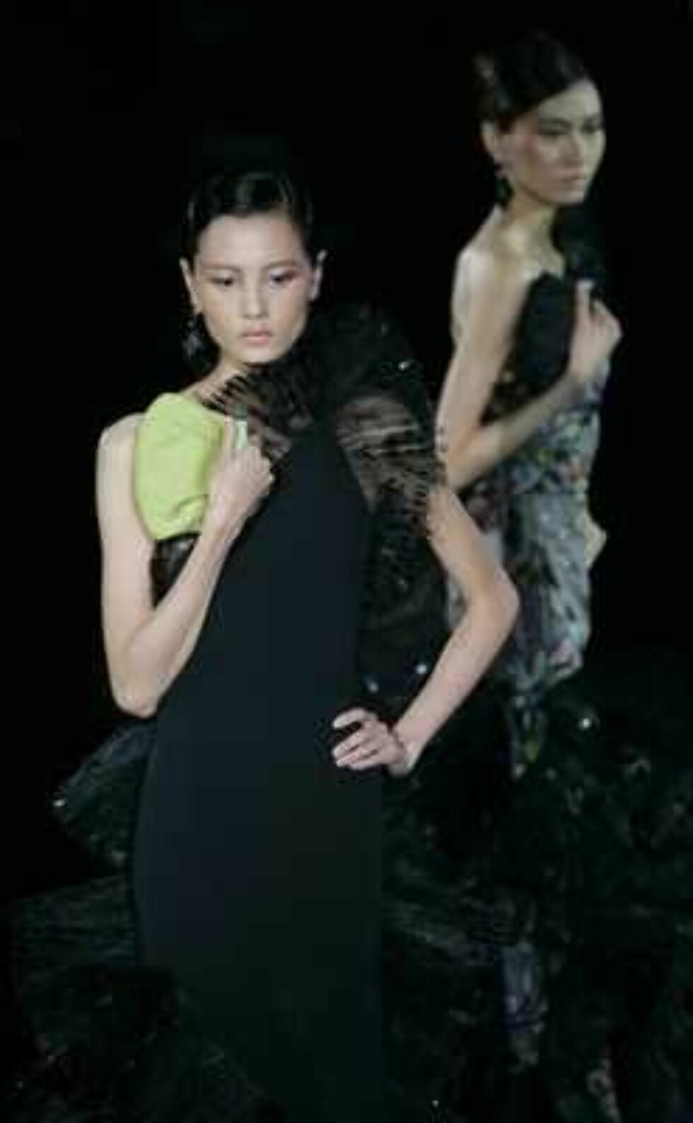Models present creations during the Giorgio Armani Prive Spring-Summer 2006 Haute Couture fashion show in Hong Kong Thursday, March 30, 2006. Giorgio Armani is seeking to expand his fashion empire in China - a place he says has always inspired his designs Foto: AP