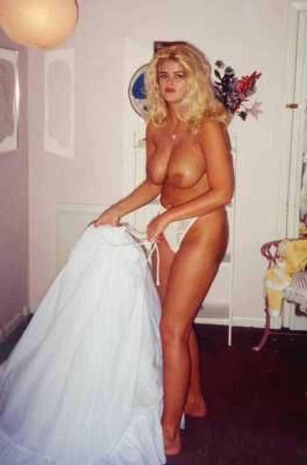 PÅ MED STAKKEN: Anna Nicole viser hva hun har under kjolen. Foto: All Over