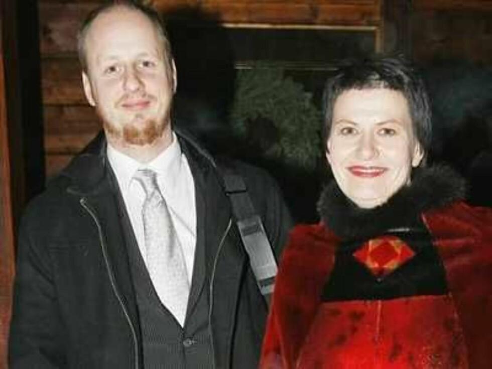 JULIBRUD: Ap-nestleder Helga Pedersen står brud den 12. juli med Erik Brenli.  Foto: Espen Solli