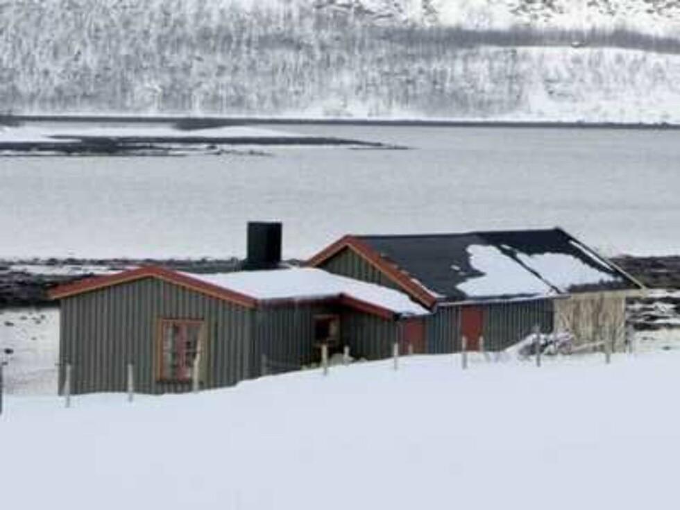 Hei Thomas! Dette er bildene av hytten til Helga Pedersen som dere ønsket. Hytta er under oppussing med mye materialer liggende rundt og derfor valgte jeg og fotografere hytta fra denne vinkelen. Det ble penest slik. Hytta ligger i Gargogneske ved Ta Foto: Are Olaussen