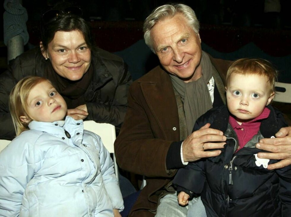 DYRISK MORO: Arve og kona Kristin passet godt på barna Kari Sofie (t.v.) og Ingeborg der de satt helt inntil manesjen. Barna likte dyrene best. Foto: Se og Hør
