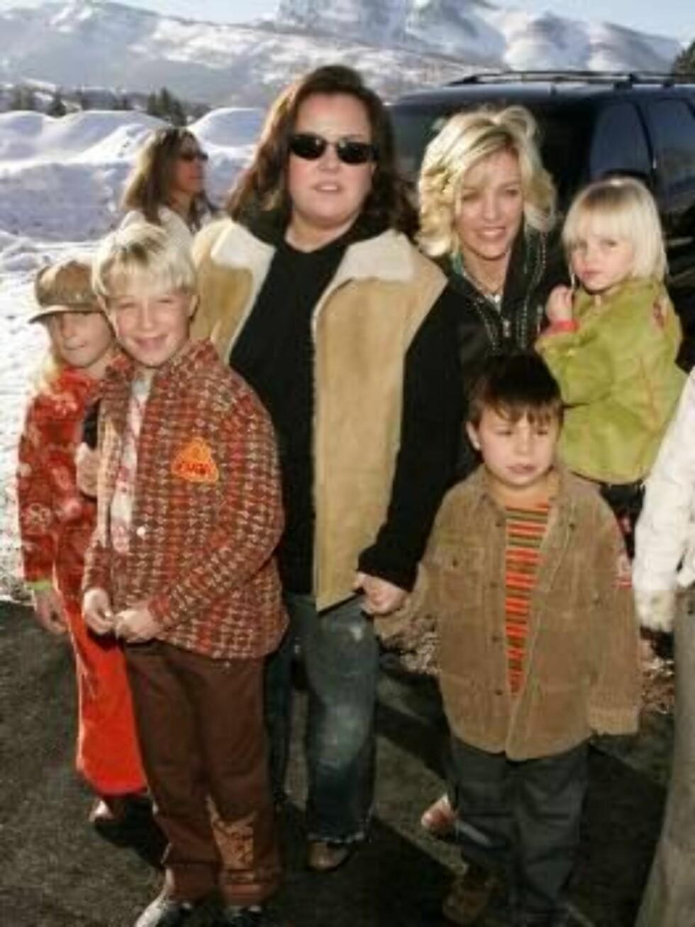 BARNEFLOKK: Rosie O'Donnell har barna Parker, Chelsea, Blake, og Vivienne med ekskona Kelli Carpenter (t.h.).  Foto: All Over Press
