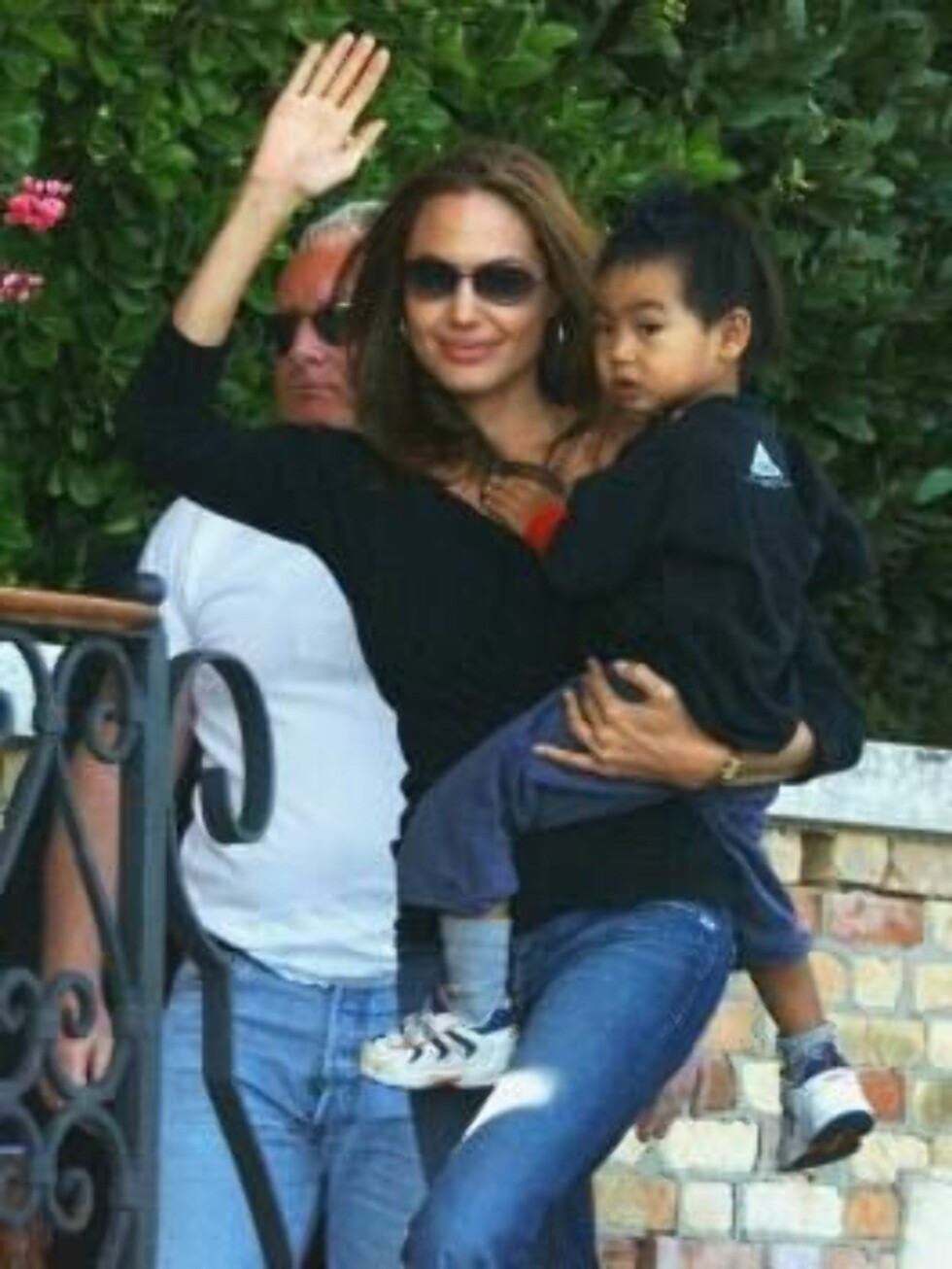VENICE, ITALY - SEPTEMBER 9:  Actress Angelina Jolie, with her son Maddox, waves after arriving at Cipriani Hotel  for the 61st Venice Film Festival on September 6, 2004 in Venice, Italy. ( (Photo by Franco Origlia/Getty Images) *** Local Caption *** Ange Foto: All Over Press