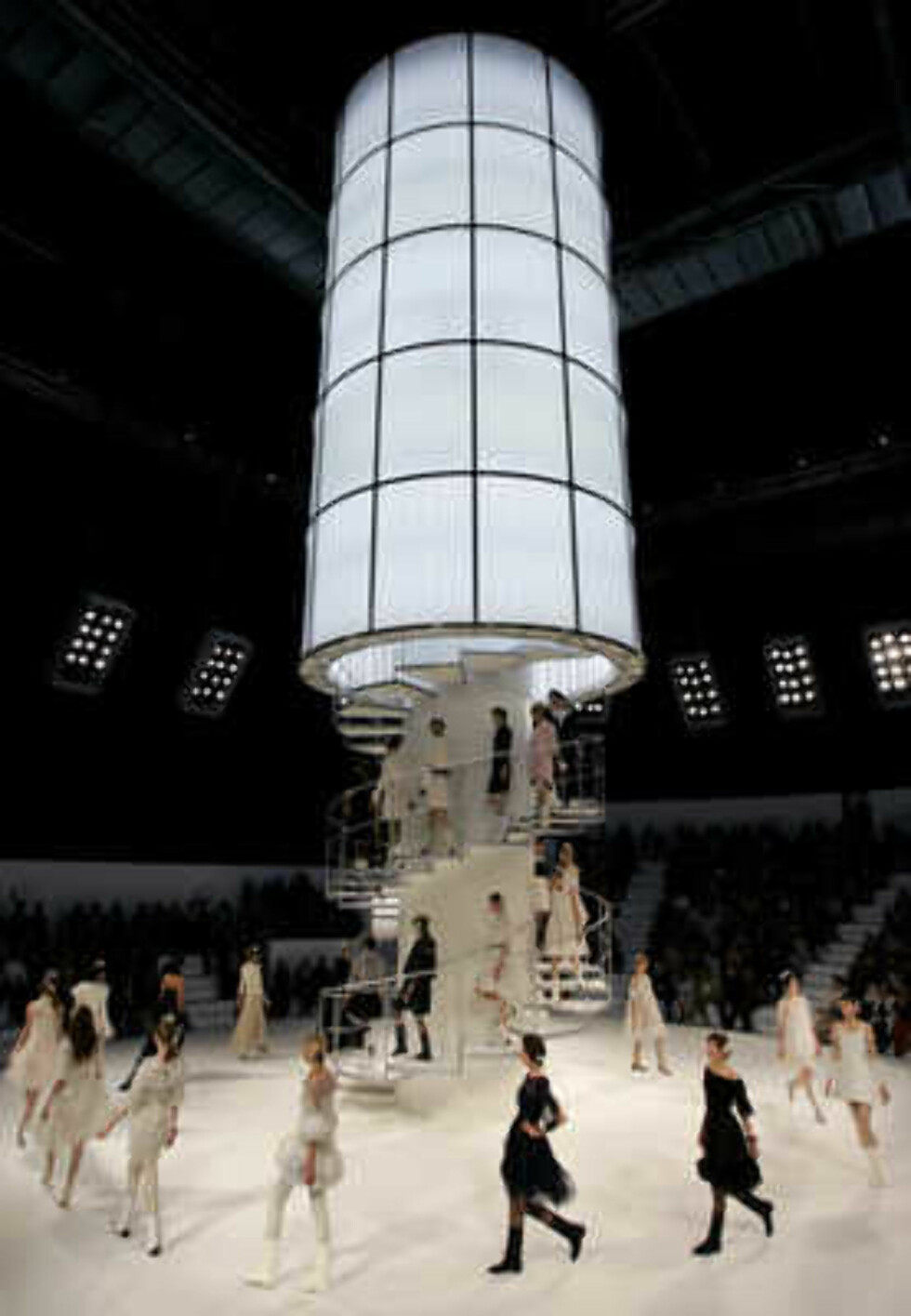 Models present the creations of the German designer Karl Lagerfeld during the Chanel 2006 Spring-Summer Haute Couture fashion show in Hong Kong Friday, March 24, 2006.  (AP Photo/Kin Cheung) Foto: AP