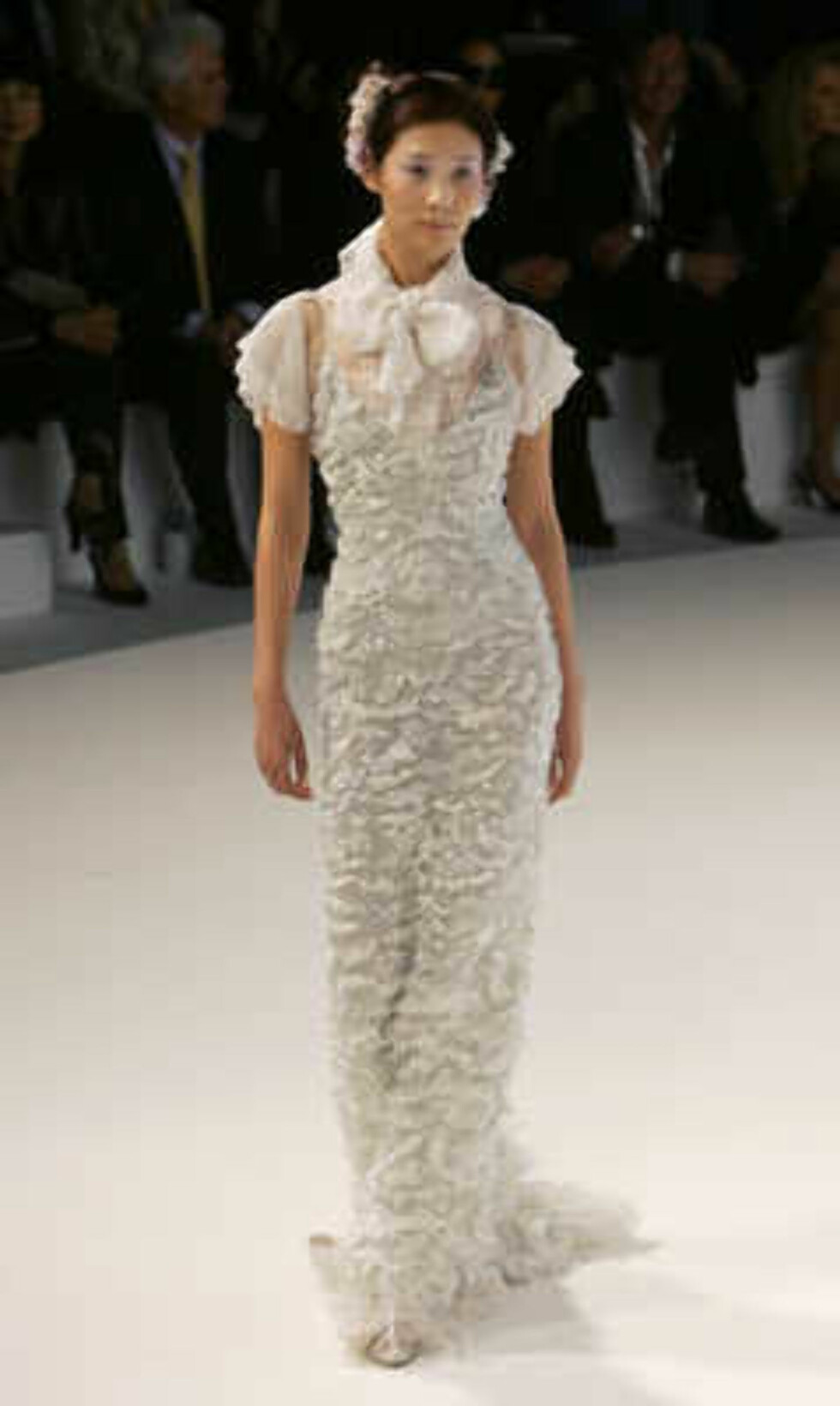 A model presents a creation by German designer Karl Lagerfeld during the Chanel 2006 Spring-Summer Haute Couture fashion show in Hong Kong Friday, March 24, 2006.  (AP Photo/Kin Cheung) Foto: AP