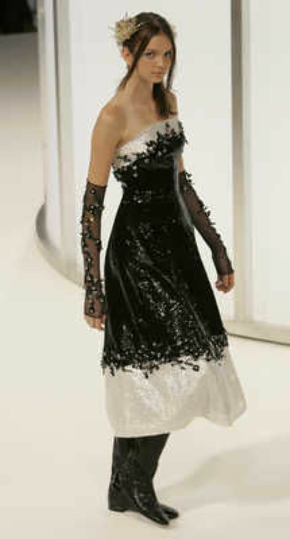 A model presents the creation of the German designer Karl Lagerfeld during the Chanel 2006 Spring-Summer Haute Couture fashion show in Hong Kong Friday, March 24, 2006.  (AP Photo/Kin Cheung) Foto: AP