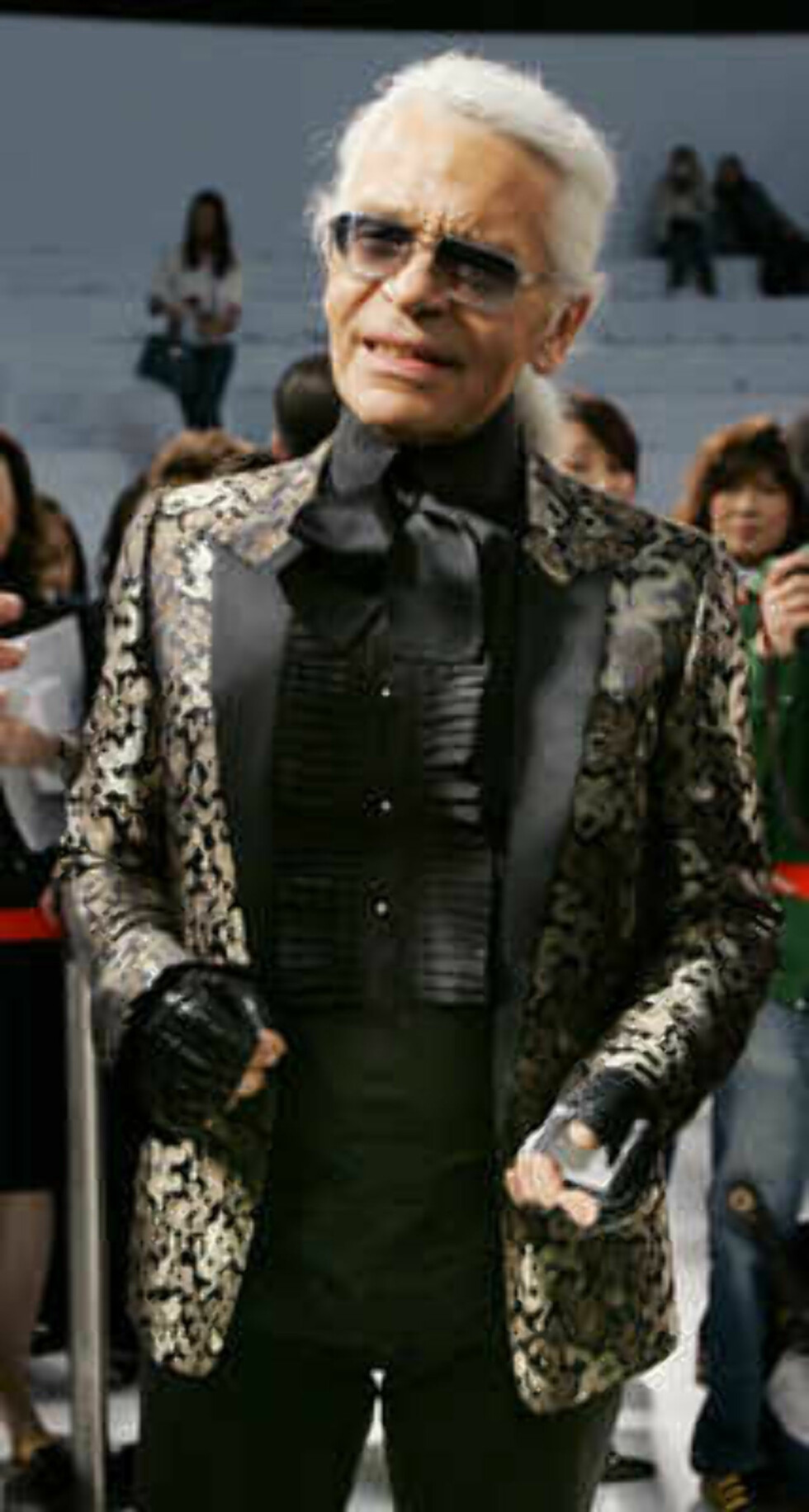 German designer Karl Lagerfeld, left, speaks after the Chanel 2006 Spring-Summer Haute Couture fashion show in Hong Kong Friday, March 24, 2006.  (AP Photo/Kin Cheung) Foto: AP
