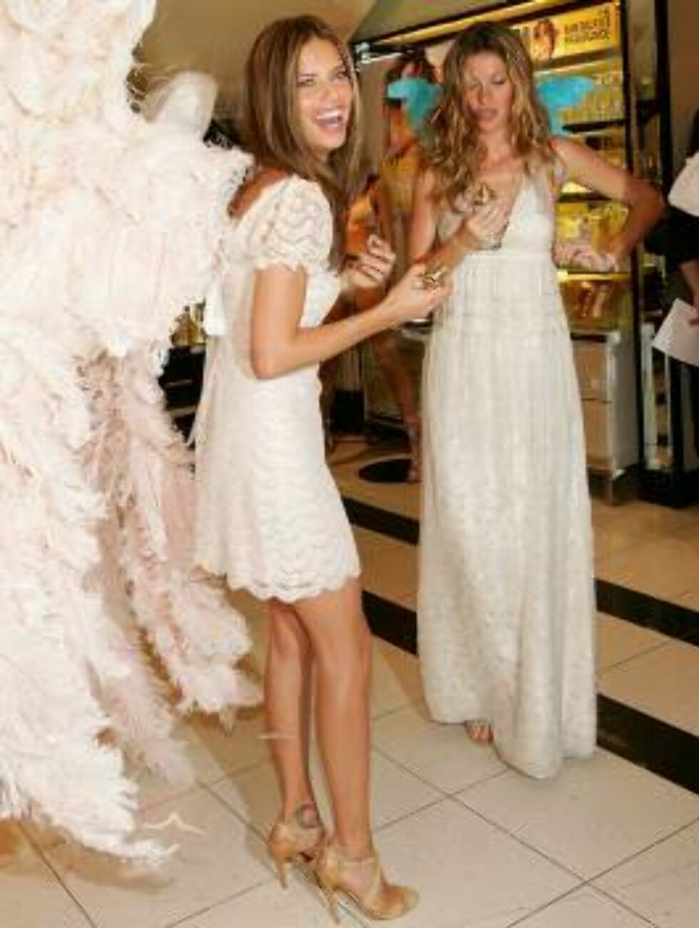 """NEW YORK - MAY 10:  Victoria's Secret models Adriana Lima and Gisele Bundchen unveil """"Dream Angels Heavenly"""" fragrance wearing self designed wings at Victoria's Secret Herald Square May 10, 2006 in New York City.  (Photo by Evan Agostini/Getty Images) *** Foto: All Over Press"""