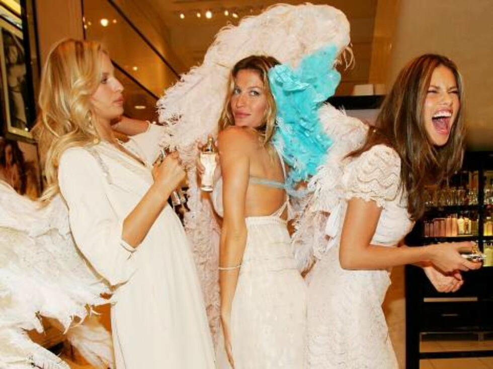 """NEW YORK - MAY 10:  Victoria's Secret models (L-R)  Karolina Kurkova, Gisele Bundchen and Adriana Lima unveil """"Dream Angels Heavenly"""" fragrance wearing self designed wings at Victoria's Secret Herald Square May 10, 2006 in New York City.(Photo by Evan Ago Foto: All Over Press"""
