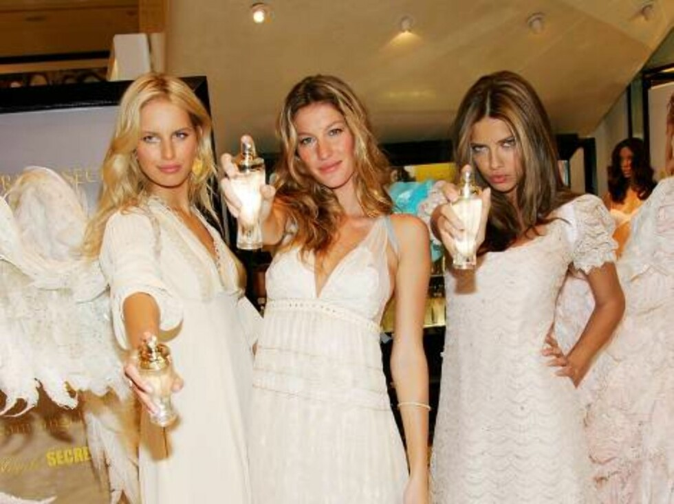 """NEW YORK - MAY 10:  Victoria's Secret models L-R: Karolina Kurkova, Gisele Bundchen and Adriana Lima unveil """"Dream Angels Heavenly"""" fragrance wearing self designed wings at Victoria's Secret Herald Square May 10, 2006 in New York City.  (Photo by Evan Ago Foto: All Over Press"""