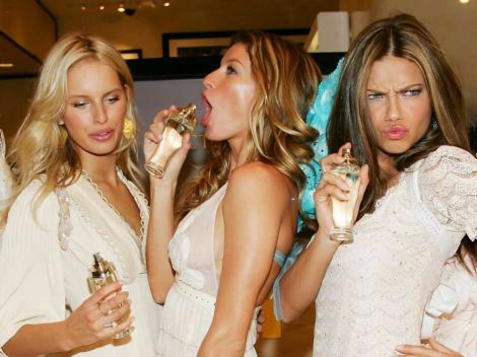 """NEW YORK - MAY 10:  Victoria's Secret models (L-R) Karolina Kurkova, Gisele Bundchen and Adriana Lima unveil """"Dream Angels Heavenly"""" fragrance wearing self designed wings at Victoria's Secret Herald Square May 10, 2006 in New York City.  (Photo by Evan Ag Foto: All Over Press"""