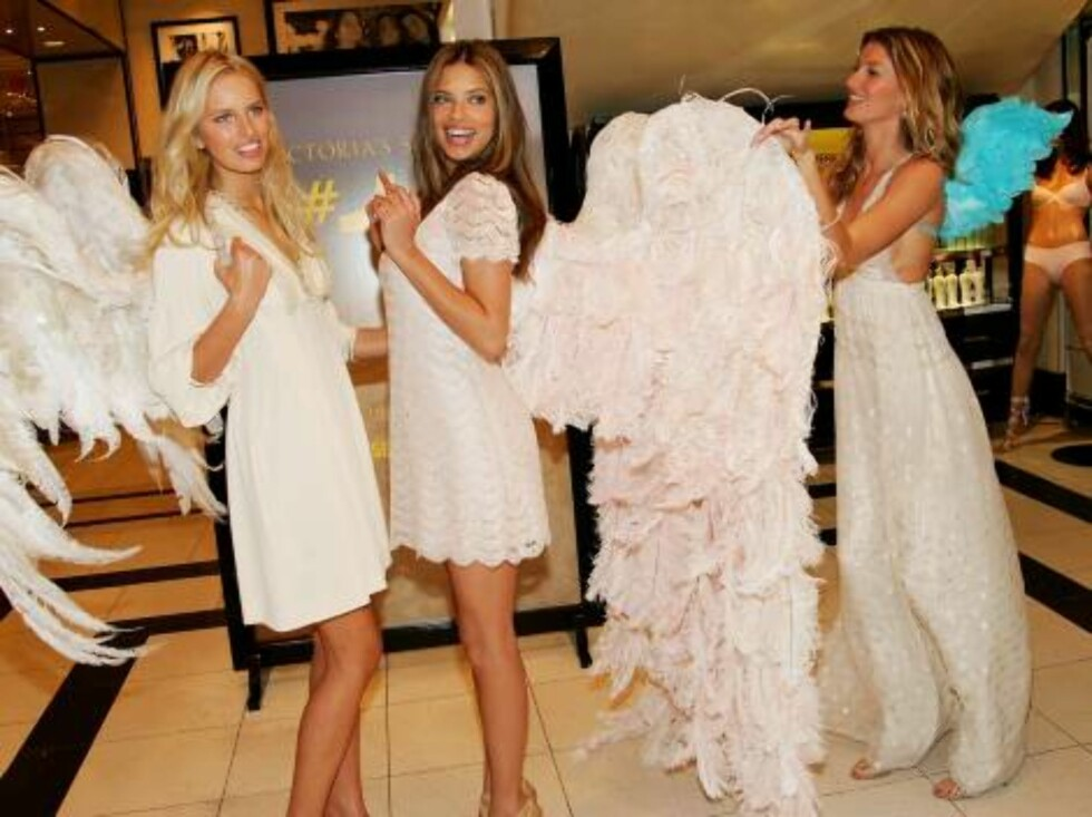 """NEW YORK - MAY 10:  Victoria's Secret models (L-R) Karolina Kurkova, Adriana Lima and Gisele Bundchen unveil """"Dream Angels Heavenly"""" fragrance wearing self designed wings at Victoria's Secret Herald Square May 10, 2006 in New York City.  (Photo by Evan Ag Foto: All Over Press"""