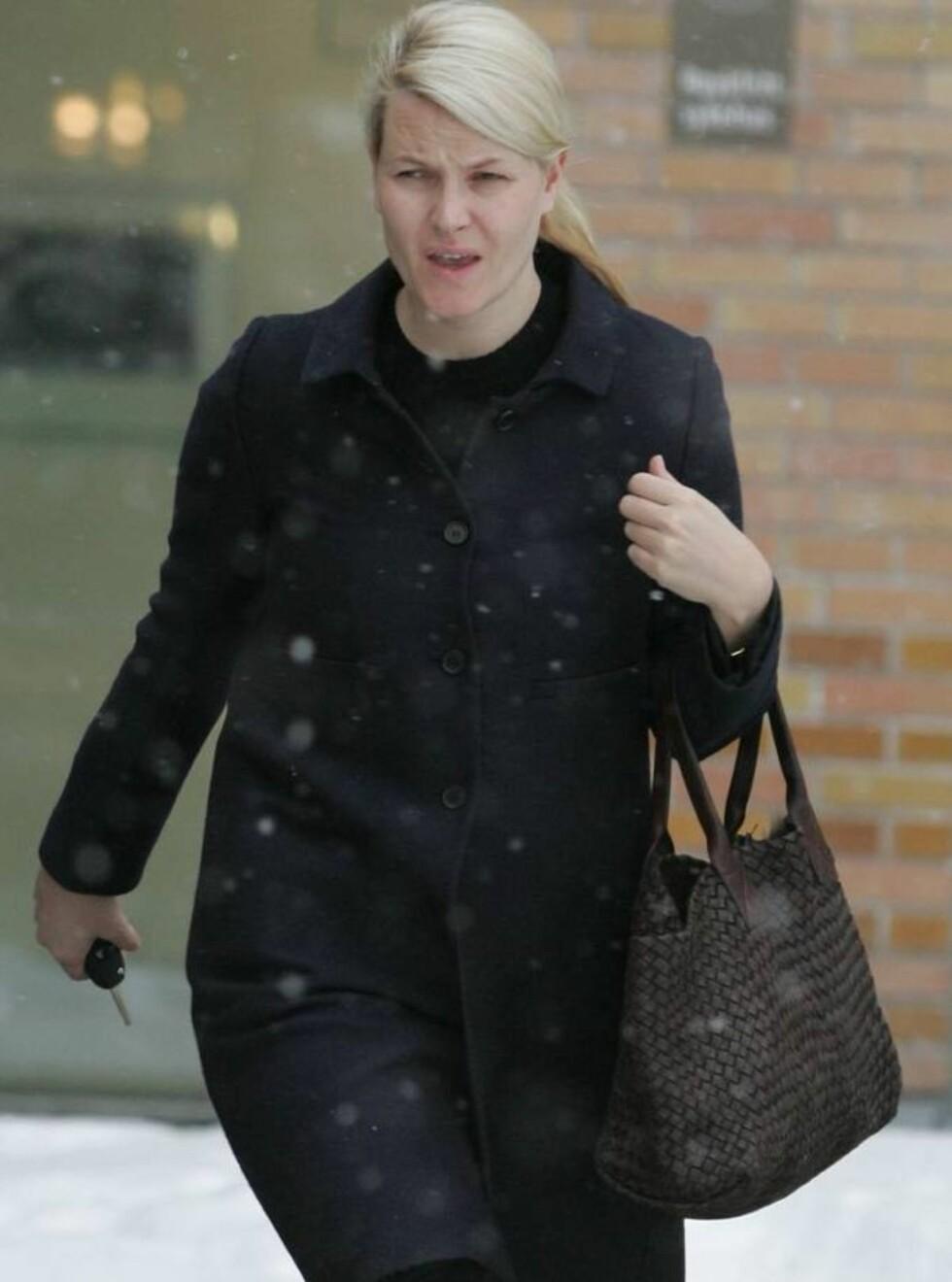 OVERNATTET: Kronprinsesse Mette-Marit på vei ut fra Rikshospitalet etter å ha tilbrakt natten på sykehuset sammen med sin syke sønn. Foto: Se og Hør