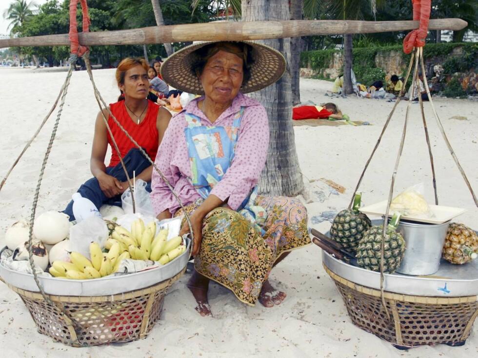 FERSK FRUKT: Denne damen har blant annet frukt og leskende drikke å by på, fra sitt mobile strandkjøkken. Foto: Vidar Engum