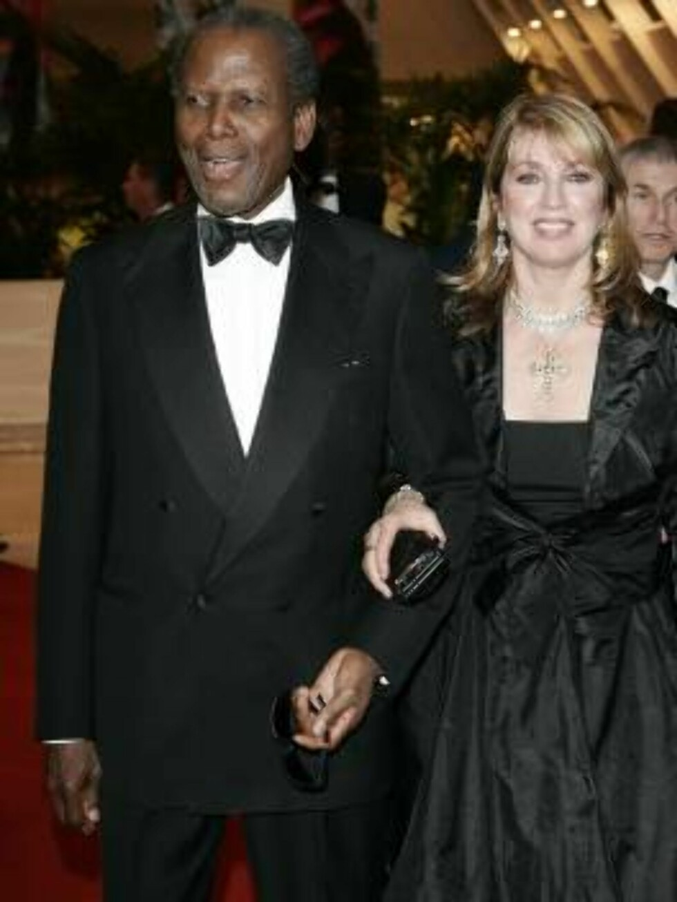 CANNES, FRANCE - MAY 17:  (L-R) Actor Sidney Poitier and wife actress Joanna Shimkus attend the Opening Ceremony dinner at the Palais during the 59th International Cannes Film Festival May 17, 2006 in Cannes, France.  (Photo by Francois Durand/Getty Image Foto: All Over Press