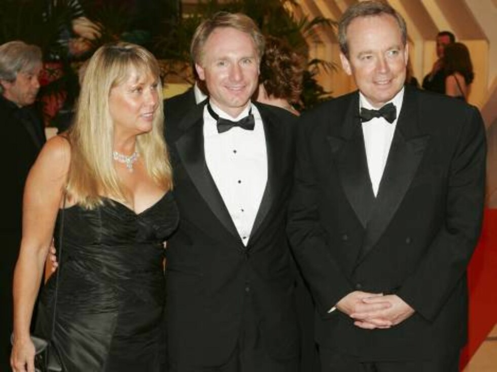 "CANNES, FRANCE - MAY 17:  Novelist Dan Brown (C), author of ""The Da Vinci Code"", his wife, Blythe Brown (L) and France's Minister of Culture Renaud Donnedieu de Vabres (R) attend the Opening Ceremony dinner at the Palais during the 59th International Cann Foto: All Over Press"