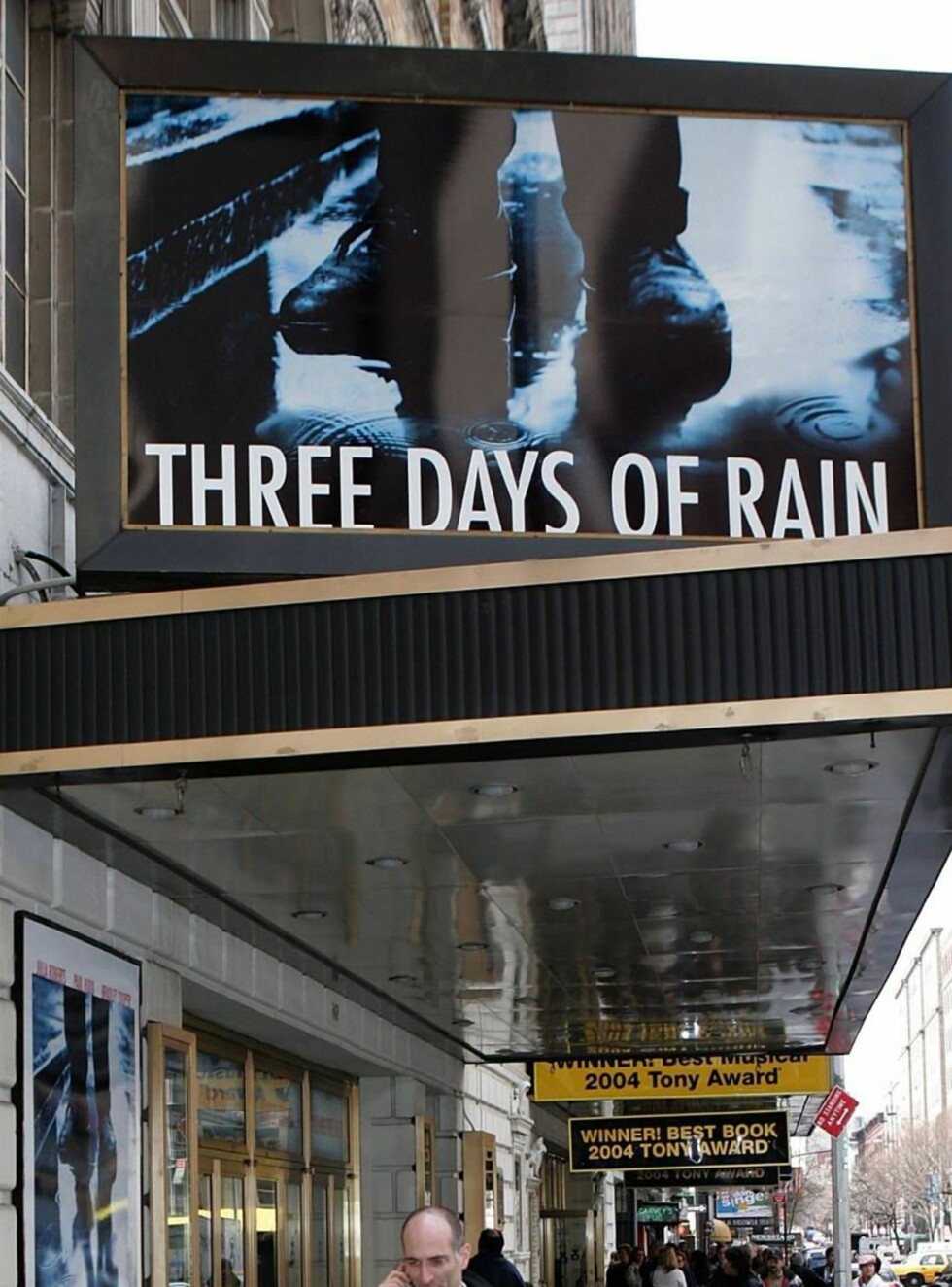 """NEW YORK - MARCH 24:  Signage for the """"Three Days of Rain"""" is seen at Bernard B. Jacobs Theater on March 24, 2006 in New York City. Three Days of Rain starring Julia Roberts opens April 19, 2006.  (Photo by Paul Hawthorne/Getty Images)  * SPECIAL INSTRUCT Foto: All Over Press"""