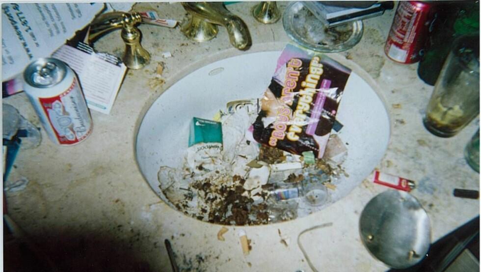 ROTTEREIR: Whitneys hjem bærer preg av narkotika. Ølbokser, skitt og sneiper fyller vasken på badet. Foto: National Enquirer