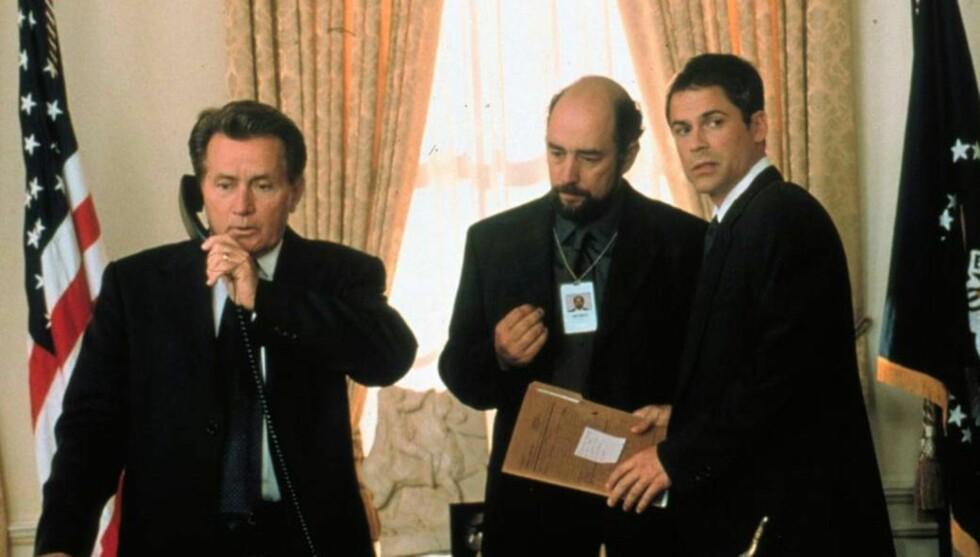 SUKSESS: Presidenten har vært en stor TV-suksess. Her fra starten med Martin Sheen i tittelrollen, Richard Schiff som Toby og Rob Lowe som Sam. Foto: NRK