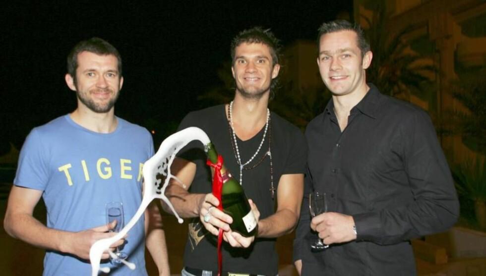 SPREKE GUTTER: Rune med Kristian Kjelling og Frode Hagen. De er tre norske nåndballprofiler. Foto: Se og Hør