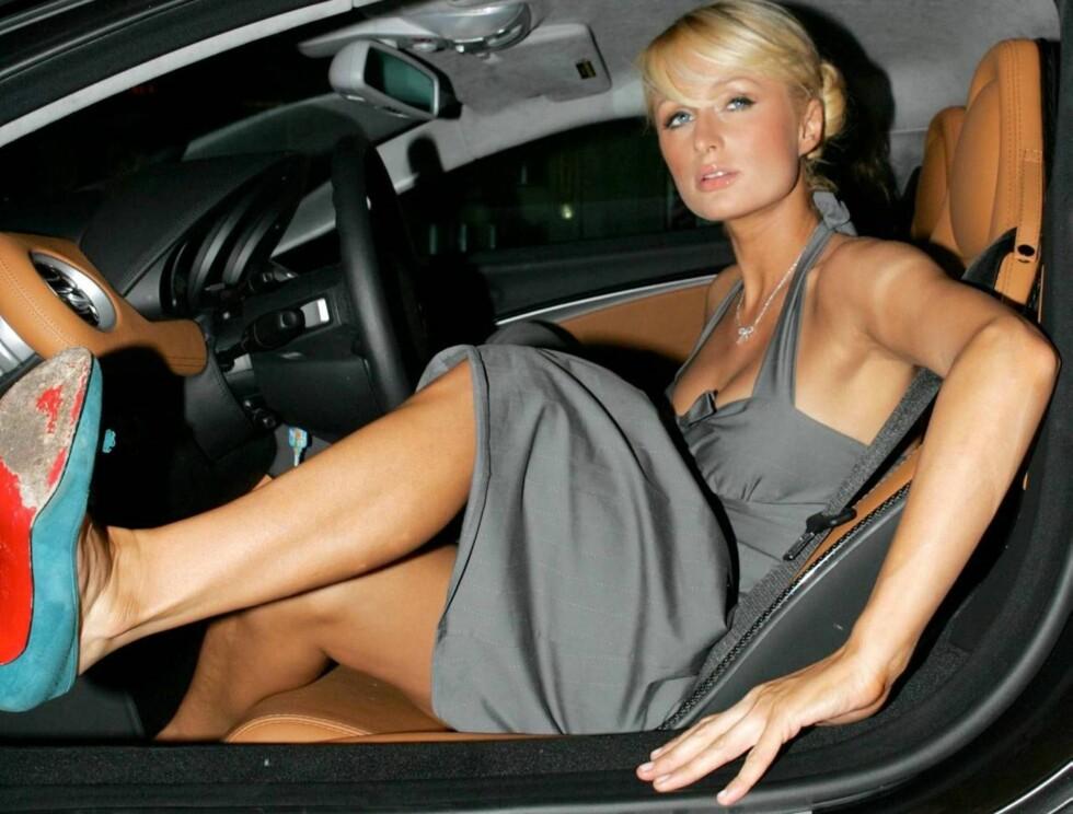 PROMILLE? Paris Hilton sitter ofte bak rattet. Hva skjer om hun stoppes i pronillekontroll? Foto: All Over Press