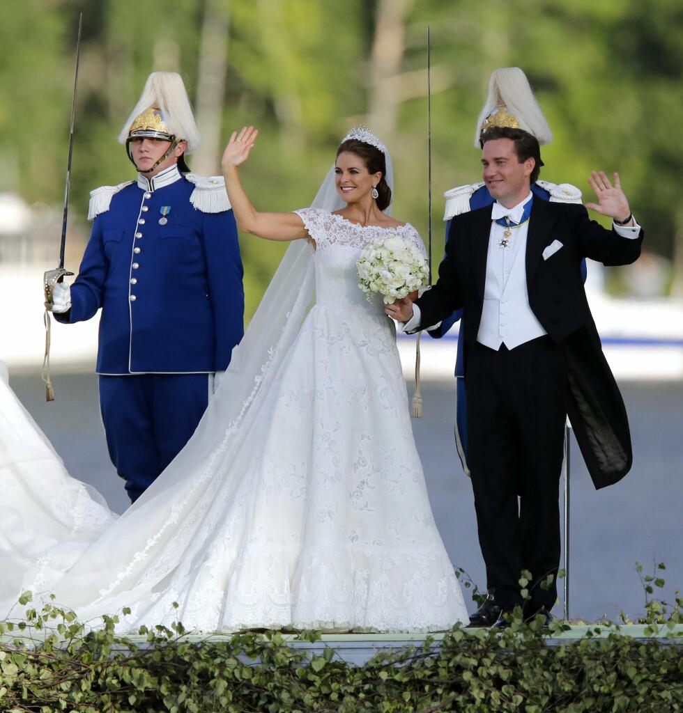 MER GLAMORØS: Da prinsesse Madeleine og Christopher ONeill giftet seg i 2013, valgte bruder derimot en mer overdådig blondekjole.  Foto: TT NYHETSBYRÅN