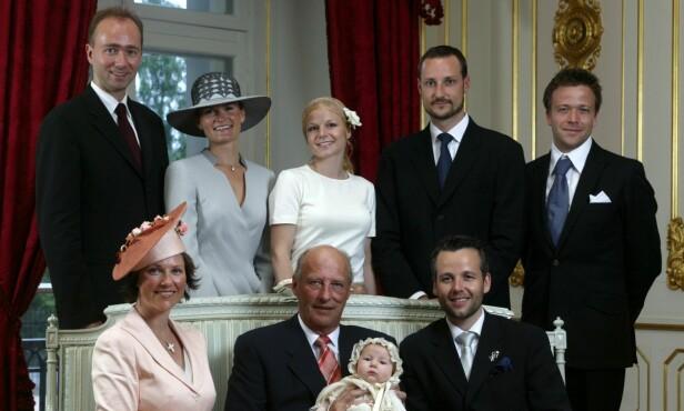 <strong>UKJENT SØSTER:</strong> Ari Behn (nede til høyre) er selv et kjent fjes for det norske folk, men søsteren Anja (bak i midten) er mer ukjent for de fleste. Foto: Knut Falch / SCANPIX
