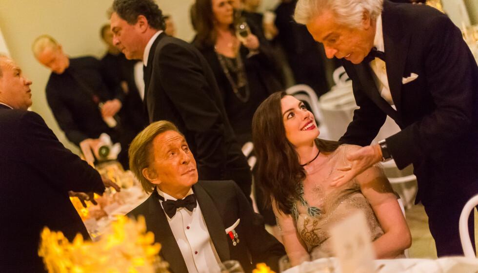 TIL BORDS: Valentino (t.v.) hadde Hollywood-stjernen Anne Hathaway til bords. Foto: NTB Scanpix