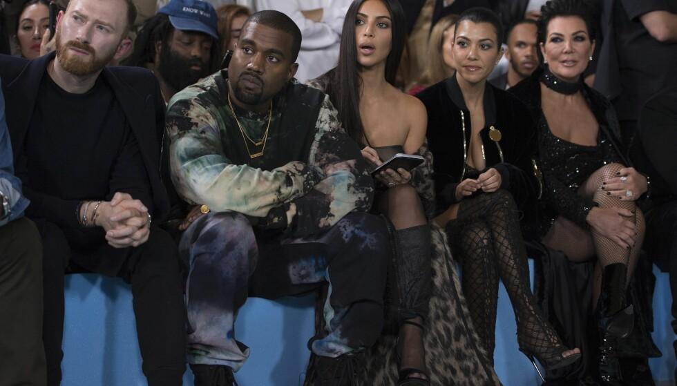 - HAN ER UTSLITT: Kanyes svigermor, Kris Jenner (t.h.) sier til TV-programmet Extra at sykehusinnleggelsen skyldes at han er utslitt.